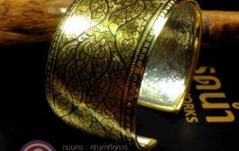 กำไลถมทอง กำไลแบบตัว C by ถมนคร