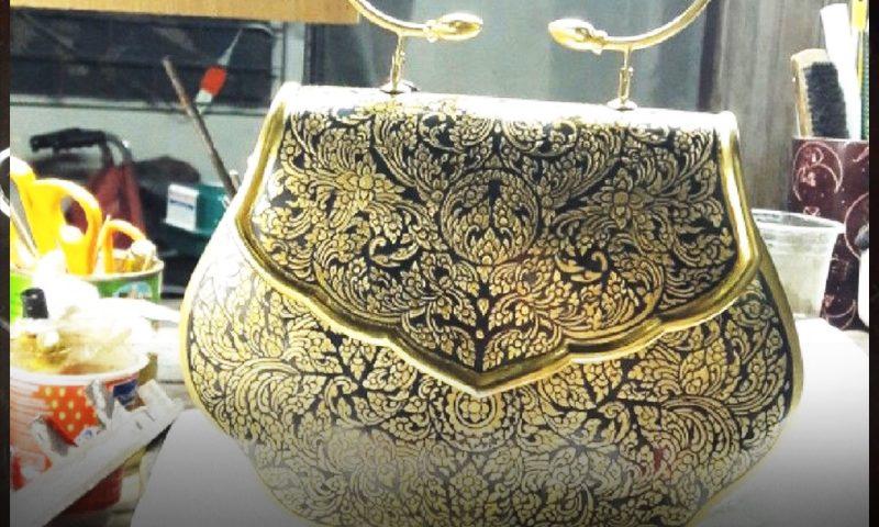 กระเป๋าถือถมทอง